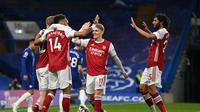 Para pemain Arsenal merayakan gol yang dicetak Emile Smith Rowe ke gawang Chelsea dalam lanjutan Premier League di Stamford Bridge, Kamis (13/5/2021) dini hari WIB. Arsenal menang tipis 1-0 atas Chelsea dalam laga ini. (SHAUN BOTTERILL / POOL / AFP)