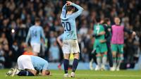 Gelandang Manchester City, Bernardo Silva bereaksi setelah timnya disingkirkan Tottenham Hotspur pada leg kedua perempat final Liga Champions di Etihad Stadium, Rabu (17/4).  Langkah City di Liga Champions musim ini terhenti di perempat final kendati menang dengan skor tipis 4-3. (AP/Dave Thompson)
