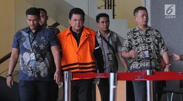 Wali Kota Pasuruan Setiyono usai menjalani pemeriksaan di Gedung KPK, Jakarta, Jumat (5/10). KPK menetapkan Setiyono sebagai tersangka dugaan suap proyek pada Dinas Koperasi dan Usaha Mikro Pemkot Pasuruan. (Merdeka.com/Dwi Narwoko)