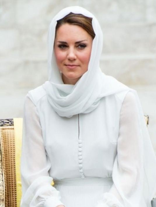 Kate Middleton terlihat memakai kerudung berwarna putih ketika dia berkunjung di malaysia. Kate sangat luar biasa dan cantik ketika mengenakan hijab berwarna putih. Ia berkunjung ke sebuah masjid di Malaysia. (dailymail/Bintang.com)