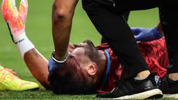 Kiper Napoli, David Ospina, saat mengalami cedera hingga harus ditandu keluar lapangan dalam laga Napoli kontra Atalanta pada Jumat (3/7/2020). Ospina yang coba menghalau bola berbenturan dengan Mario Rui dan Mattia Caldara dan mengalami cedera pendarahan di bagian kepala. (AFP/Miguel Medina)