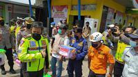 Kapolda Jabar Inspektur Jenderal Polisi Ahmad Dofiri tengah memberikan bingkisan bagi para petugas dan relawan yang bertugas selama masa penyekatan di Pos Penyekatan, Limbangan, Garut, Jawa Barat. (Liputan6.com/Jayadi Supriadin)