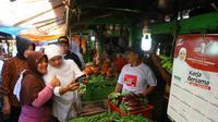 Calon Gubernur Jatim Khofifah Indar Parawansa saat meninjau pasar Taman, Sidoarjo, Jawa Timur, Rabu (28/2/2018). (Istimewa)