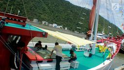Kapal Pinisi Bakti Nusa bersandar di dermaga Pelabuhan Gorontalo, Sulawesi Utara, Rabu (16/1). Sejak berangkat dari pantai Losari, Makassar, kapal Pinisi Nusa Bakti telah bersandar di 10 titik di sepanjang perairan Sulawesi. (Liputan6.com/Arfandi Ibrahim)