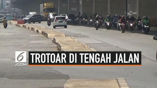 Keberadaan trotoar di sekitar Jalan Kalimalang, Jakarta Timur terlihat ganjil. Trotoar yang semestinya digunakan oleh pejalan kaki justru membentang di tengah jalan.