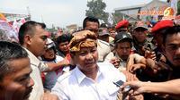 Usai berorasi Prabowo Subianto mencoba menembus kerumunan massa dan simpatisan Partai Gerindra yang memadati lapangan Bojongloa Bandung (Liputan6.com/Helmi Fithriansyah)