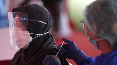 FOTO: Vaksinasi Massal COVID-19 di Stadion Patriot Candrabagha Bekasi
