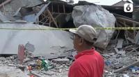 Batu-batu berukuran besar ambruk dan menimpa sejumlah rumah dan satu bangunan sekolah di Desa Sukamulya, Kecamatan Tegalwaru, Purwakarta, Jawa Barat. (Liputan6.com/ Zaenal Arifin)