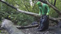 Pria di Chelyabinsk, Rusia, memilih untuk membersihkan lingkungannya dengan menggunakan atribut bewana hijau agar menarik perhatian (capture/zoomintv)