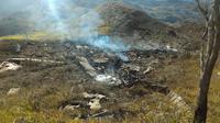 Puing-puing pesawat Hercules TNI AU yang jatuh di kawasan Wamena, Papua, Minggu (18/12). Sebanyak 12 kru dan 1 penumpang pesawat yang dalam sebuah misi perjalanan dari Timika ke Wamena itu dipastikan tewas. (HANDOUT/SEARCH AND RESCUE TEAM/AFP)
