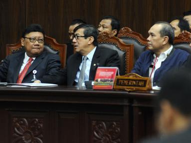 Mendagri, Tjahjo Kumolo (kiri) bersama Menkumham Yasonna Laoly saat menghadiri sidang Judicial Review atas Perppu Ormas di Gedung MK, Jakarta, Rabu (30/8). Sidang mendengarkan keterangan dari pemerintah dan pihak terkait. (Liputan6.com/Helmi Fithriansyah)