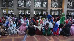 Panitia membagikan paket makanan kepada jemaah wanita yang ingin buka puasa di Masjid Istiqlal, Jakarta, Kamis (17/5). Mereka yang buka puasa di Masjid Istiqlal biasanya adalah tuna wisma, musafir, dan kaum duafa. (Liputan6.com/Arya Manggala)