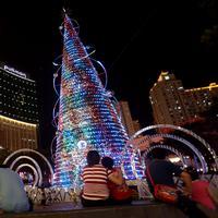 Sejumlah pengunjung melihat Pohon Natal di Mal Central Park Jakarta  Rabu (21/12). Jelang perayaan natal sejumlah mal di Jakarta mendekor mal bernuansa natal agar menjadi daya tarik pengunjung. (Liputan6.com/Johan Tallo)
