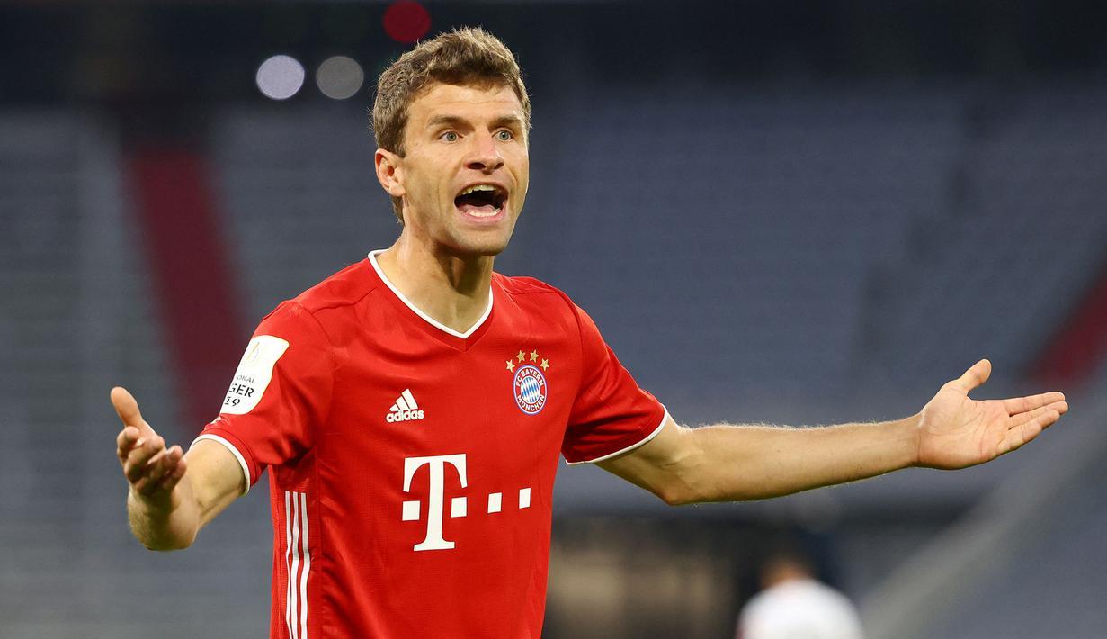 Thomas Muller secara mengejutkan tak masuk dalam 30 nama calon peraih Ballon d'Or 2021. Padahal, ia mampu bermain konsisten dengan mencetak 4 gol dari tujuh laga di Liga Jerman musim ini bersama Bayern Munchen. Muller juga mampu tampil impresif pada musim lalu. (AFP/Pool/Kai Pfaffenbach)