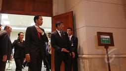 Presiden Joko Widodo saat tiba di ruang Kakatua untuk bertemu dengan PM Palestina Rami Hamdallah di JCC, Jakarta, Selasa (21/4/2015). Pertemuan membahas masalah perdagangan kedua negara hingga kemerdekaan Palestina. (Liputan6.com/Herman Zakharia)