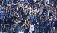Suporter Persib Bandung merayakan gol ke gawang Arema FC pada laga Liga 1 di Stadion GBLA, Jawa Barat, Kamis (13/9/2018). Persib menang 2-0 atas Arema FC. (Bola.com/M Iqbal Ichsan)