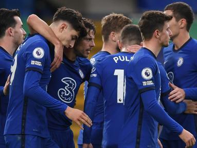 Pemain Chelsea merayakan gol yang dicetak  Kai Havertz ke gawang Southampton pada laga lanjutan Liga Inggris di Stamford Brigde, Sabtu (17/10/2020) malam WIB. Chelsea bermain imbang 3-3 atas Southampton. (AFP/Mike Hewitt/pool)