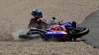 Miguel Oliveira mengalami kecelakaan pada balapan MotoGP Andalusia di Sirkuit Jerez, Spanyol. (JOE KLAMAR / AFP)