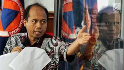 Kepala Pusat Data Informasi dan Humas BNPB Sutopo Purwo Nugroho memberikan keterangan pers di Kantor BNPB, Jakarta, Rabu (2/1). Tim SAR masih melakukan pencarian korban dengan cara manual. (Liputan6.com/JohanTallo)