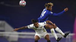 Bek Chelsea, Reece James, berebut bola dengan bek Rennes, Dalbert, pada laga lanjutan Liga Champions 2020/2021 di Stadion Stamford Bridge, Kamis (5/11/2020) dini hari WIB. Chelsea menang 3-0 atas Rennes. (Ben Stansall/Pool via AP)