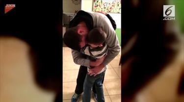 Seorang tentara AS memberikan kejutan dengan pulang kampung tepat saat ulang tahun anaknya.