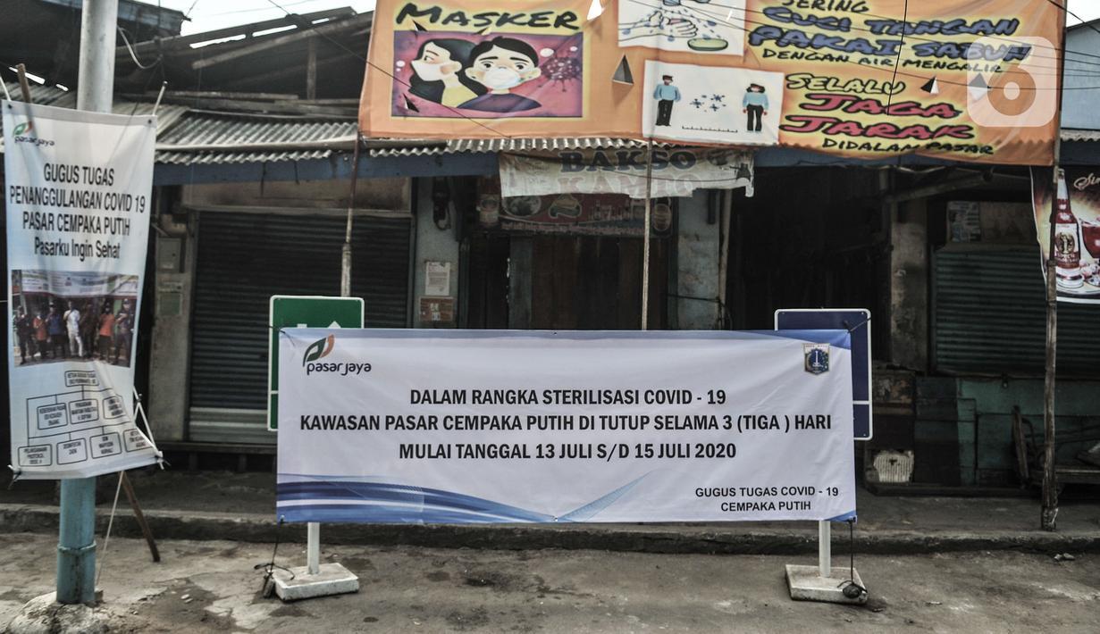 Spanduk informasi penutupan sementara terpasang di salah satu pintu masuk Pasar Cempaka Putih, Jakarta, Senin (13/7/2020). Perumda Pasar Jaya menutup sementara Pasar Cempaka Putih selama tiga hari ke depan mulai hari ini. (merdeka.com/Iqbal S. Nugroho)