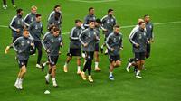 Para pemain timnas Jerman melakukan pemanasan saat sesi latihan di stadion Rheinenergie di Cologne, Jerman barat (9/10/2020). Jerman akan bertanding melawan Turki pada laga persahabatan di stadion Rheinenergie di Cologne, Jerman, Kamis (8/10/2020). (AFP/Ina Fassbender)