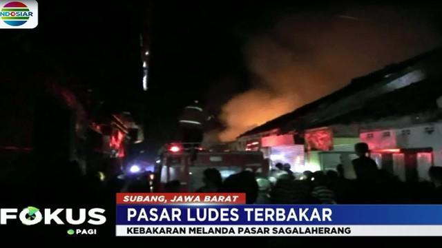 Puluhan kios dan lapak pedagang Pasar Sagalaherang, Subang Jawa Barat pada Rabu malam, ludes terbakar.