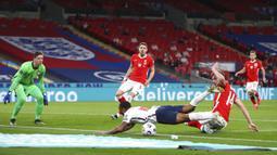 Pemain Inggris Raheem Sterling dilanggar oleh pemain Polandia Michał Helik yang menghasilkan penalti pada pertandingan Grup I kualifikasi Piala Dunia 2022 di Stadion Wembley, London, Inggris, Rabu (31/3/2021). Inggris menang dengan skor 2-1. (Catherine Ivill, Pool via AP)