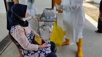 Tenaga medis di Puskesmas Balai Agung Musi Banyuasin saat menyiapkan alat rapid test antigen untuk melakukan screening awal ke salah satu PNS di Musi Banyuasin Sumsel (Liputan6.com / Nefri Inge)