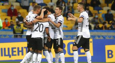 Para pemain Jerman merayakan gol yang dicetak oleh Matthias Ginter ke gawang Ukraina pada laga UEFA Nations League di Stadion Olimpiyskiy, Minggu (11/10/2020). Jerman menang dengan skor 2-1. (AP Photo/Efrem Lukatsky)