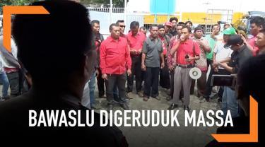 Menuntut penindakan terhadap tindakan money politic dari salah satu caleg, massa menggeruduk Gedung Bawaslu Pati.