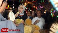 Wali Kota Batu, Dewanti Rumpoko menikmati buah durian di Festival Durian, Kamis (22/3/2018) malam di Pasar Parkiran, Kota Batu. (Ferry/TIMES Indonesia)