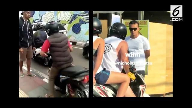 Seorang meniru tindakan Nicholas Saputra yang menegur pengendara motor yang melintas di atas trotoar.