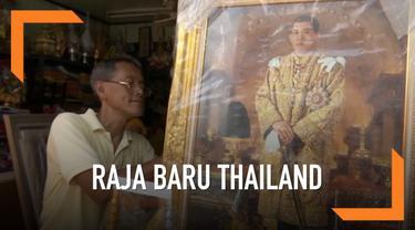 Ratusan warga Thailand membeli pin peringatan untuk penobatan Raja baru Thailand. Prosesi penobatan raja baru akan dilaksanakan pada 4-6 Mei 2019.