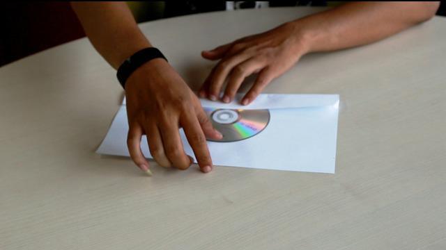 Berikut ini adalah cara membuat tempat CD sederhana hanya dengan menggunakan kertas.