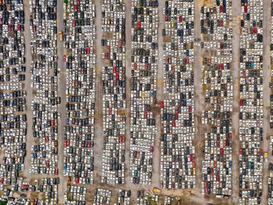 Foto udara yang diambil pada 10 Agustus 2021 ini menunjukkan kendaraan yang rusak akibat banjir pada Juli di tempat parkir, beberapa di antaranya akan dibuang, di Zhengzhou di provinsi Henan, China. Ada lebih dari 4.000 mobil yang terendam diparkir, termasuk Tesla Model 3 dan Audi. (STR / AFP)