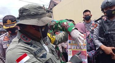 Kapolda Sulteng, Irjen Pol. Abdul Rakhman Baso, menunjukkan gambar anggota MIT yang masuk DPO terkait kekerasan dan terorisme. (Foto: Heri Susanto/Liputan6.com).