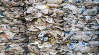 Kontainer berisi sampah plastik dari Australia siap dikirim kembali ke negara asal di Port Klang, sebelah barat Kuala Lumpur, Malaysia, Selasa (28/5/2019). Malaysia menjadi tujuan alternatif utama untuk sampah plastik setelah China melarang impor limbah tersebut. (Mohd RASFAN/AFP)