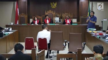 Terdakwa dugaan menghalangi proses penyidikan KPK, Lucas (kanan) memberi pertanyaan kepada salah satu saksi ahli pada sidang lanjutan di Pengadilan Tipikor, Jakarta, Kamis (21/2). Sidang mendengar dua saksi ahli. (Liputan6.com/Helmi Fithriansyah)