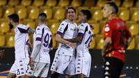 Striker Fiorentina, Dusan Vlahovic (tiga dari kanan), berhasil mencetak hattrick saat Fiorentina menang 4-1 atas Benevento pada laga pekan ke-27 Serie A, Sabtu (13/3/2021). (Alessandro Garofalo/LaPresse via AP)