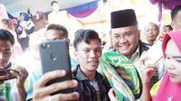 Cagub Sumsel Dodi Reza diajak berswafoto bersama salah satu pendukungnya (dok.Timses Dodi-Giri / Nefri Inge)