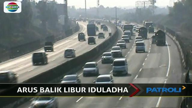 Kepadatan arus lalu lintas mulai terjadi di ruas Jalan Tol Cikampek, Karawang, Jawa Barat, tepatnya di jalur menuju Jakarta.