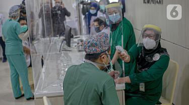 FOTO: Tenaga Kesehatan Mulai Jalani Vaksinasi COVID-19