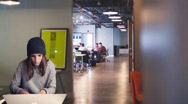 Ilustrasi coworking space, ruang kerja bersama.