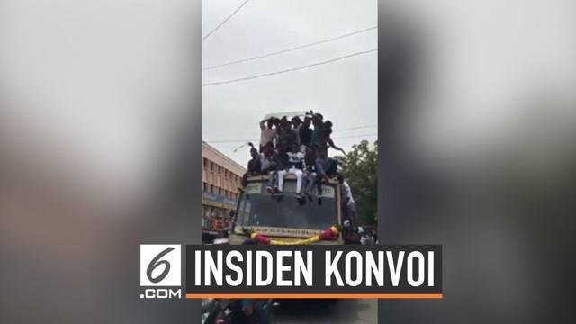 Sekelompok mahasiswa India terjatuh dari atap bus saat merayakan 'Bus Day'. Tidak ada yang terluka tapi 20 diantara mahasiswa tersebut ditangkap polisi karena mengganggu ketertiban umum.