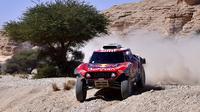Pembalap Stephane Peterhansel dan navigator Paulo Fiuza keluar sebagai pemenang etape kesembilan Reli Dakar 2020 yang melintasi jalur dari Wadi Al Dawasir ke Harardh, Arab Saudi, Selasa (14/1/2020).