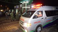 Jenazah Ibunda Presiden Joko Widodo (Jokowi) dibawa ke rumah duka dengan menggunakan ambulans pada pukul 18.30 WIB. (Liputan6/Fajar Abrori)