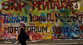 Warga berjalan di samping proyek revitalisasi Taman Ismail Marzuki (TIM) yang dipenuhi lukisan bentuk protes, Jakarta, Sabtu (29/2/2020). Kebijakan Pemprov DKI Jakarta merevitalisasi TIM dinilai cacat prosedural karena tidak pernah dibicarakan dengan seniman sebelumnya. (Liputan6.com/Johan Tallo)