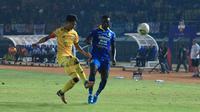 Duel Dedi Gusmawan (Semen Padang/kiri) dengan striker Persib, Ezechiel N'Douassel, di Stadion Si Jalak Harupat, Soreang, Rabu (18/9/2019). (Bola.com/Erwin Snaz)